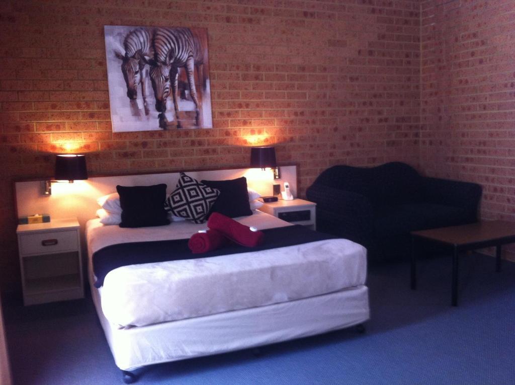 queen-suite-with-spa-bath-bedroom