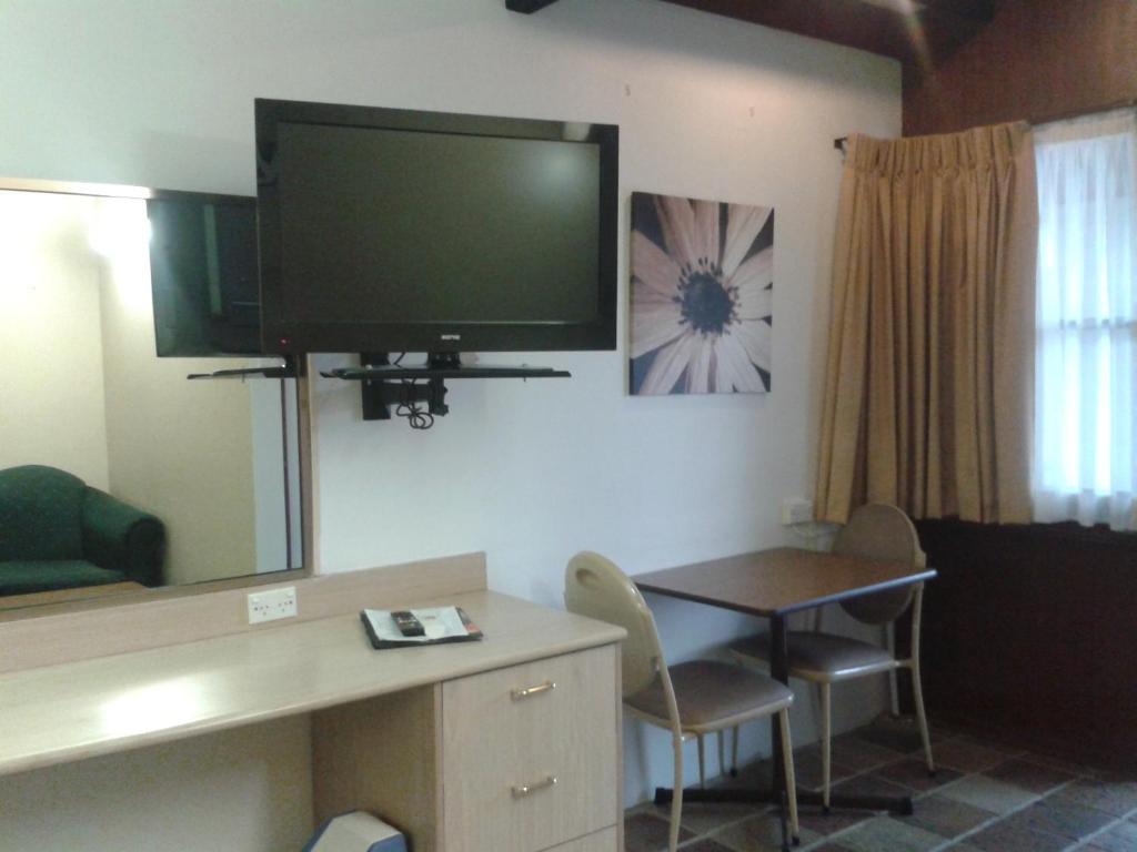 standard-double-room-desk-tabl