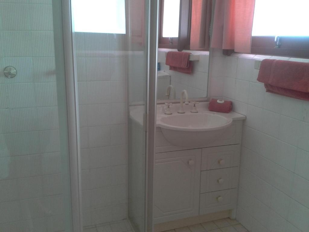 standard-triple-room-bathroom