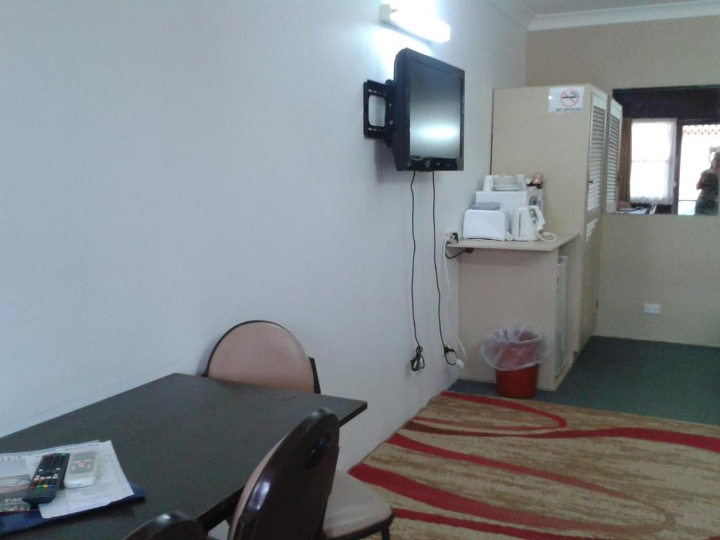 standard-triple-room-tv