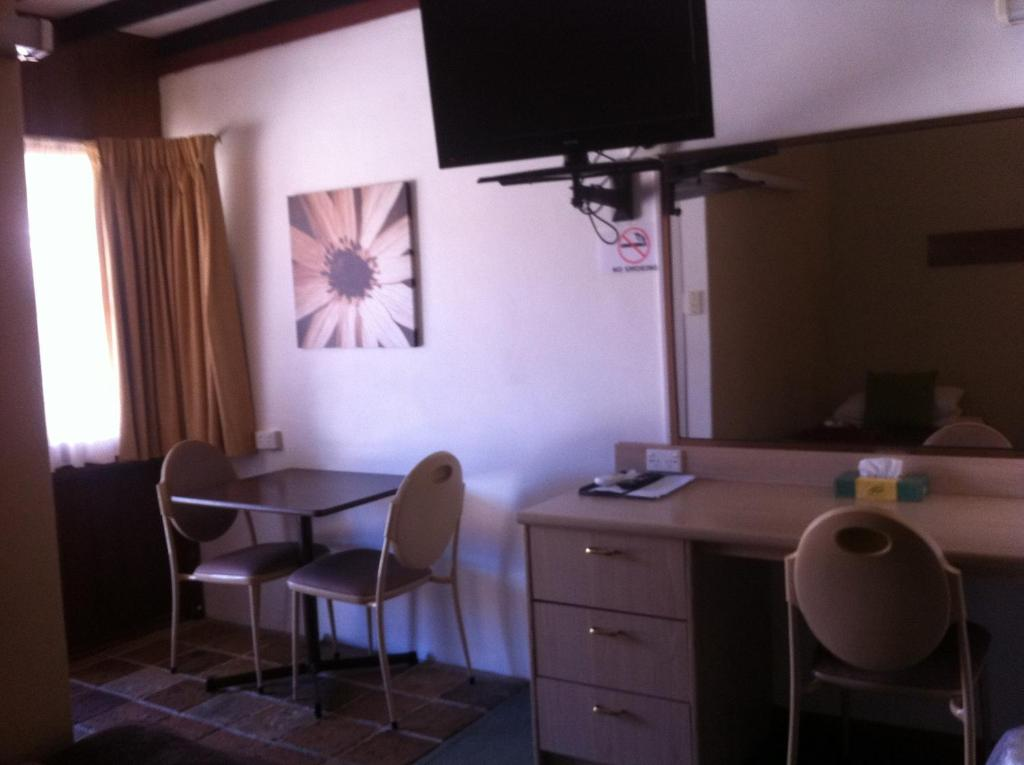 standard-twin-room-desk-table